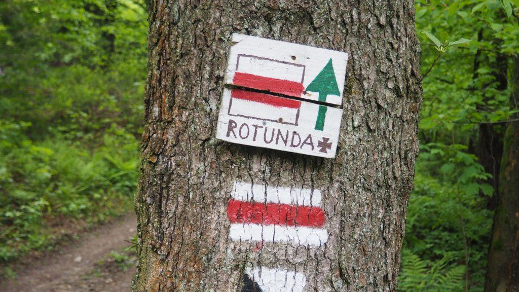 Na szczyt Rotundy prowadzi czerwony szlak