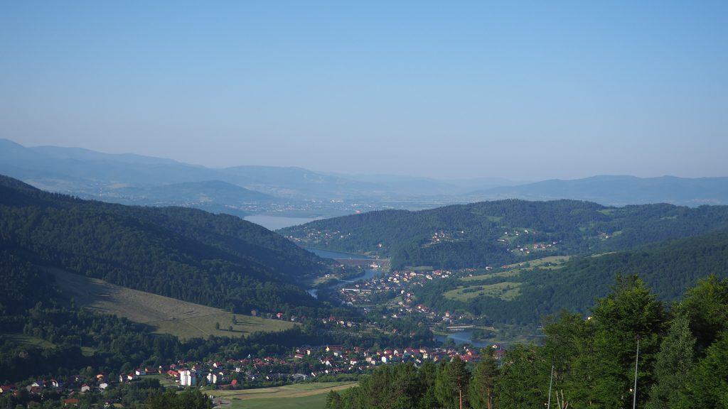 Widok z Góry Żar na Międzybrodzie Żywieckie, Jezioro Żywieckie oraz Beskid Śląski
